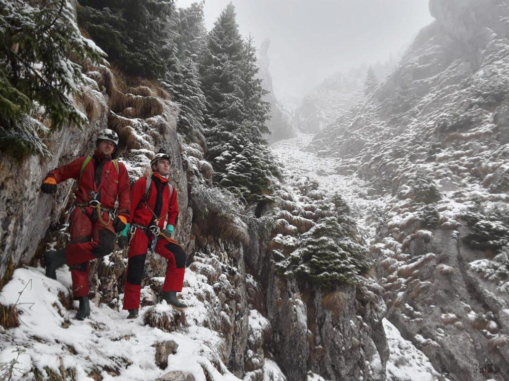 Intrare de iarna in Avenul de sub Varful Grind